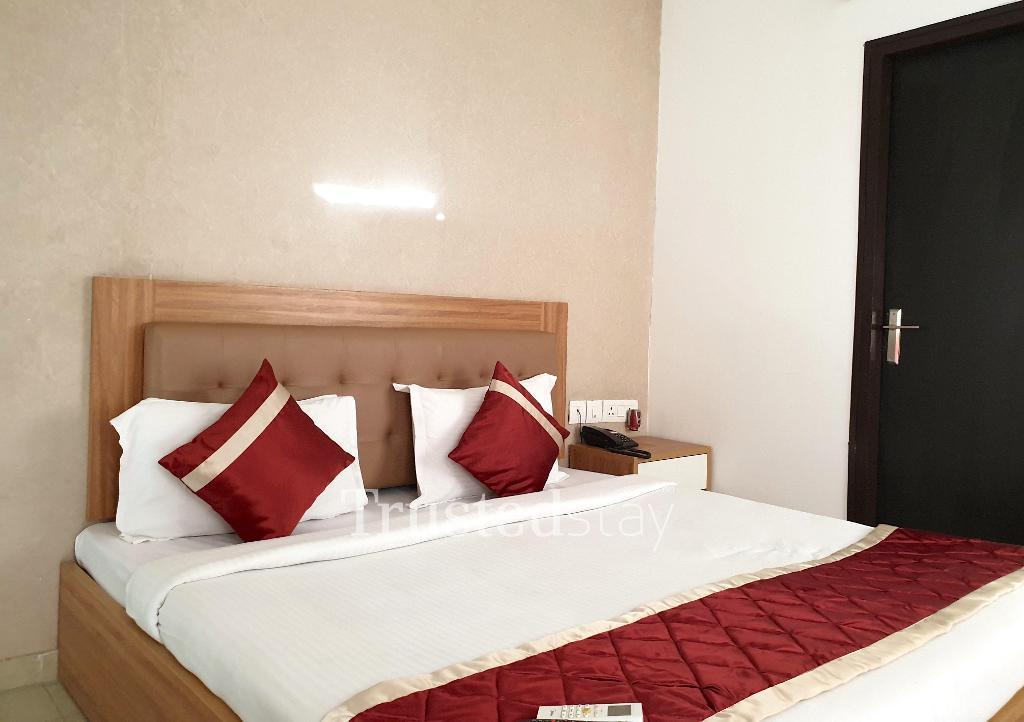 Bedroom at a Trustedstay property in Delhi-NCR | Ajnara Daffodil ( NOISD1 )