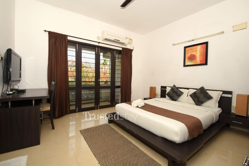 Bedroom at a Trustedstay property in Chennai | Sabari Mondrian ( SHOSD1 )