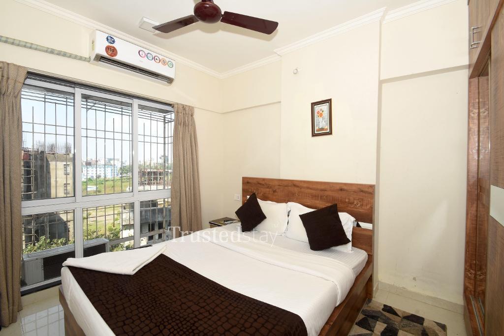 Bedroom at a Trustedstay property in Mumbai | Sethia Grandeur ( BANBA1 )