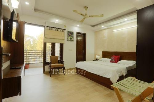 Master Bed Room | Trustedstay Service Apartments in Delhi