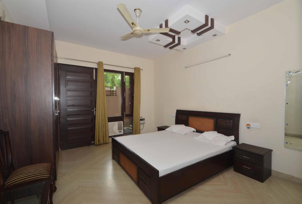 Book Service apartment in Delhi | Jail road | Hari Nagar - Bedroom