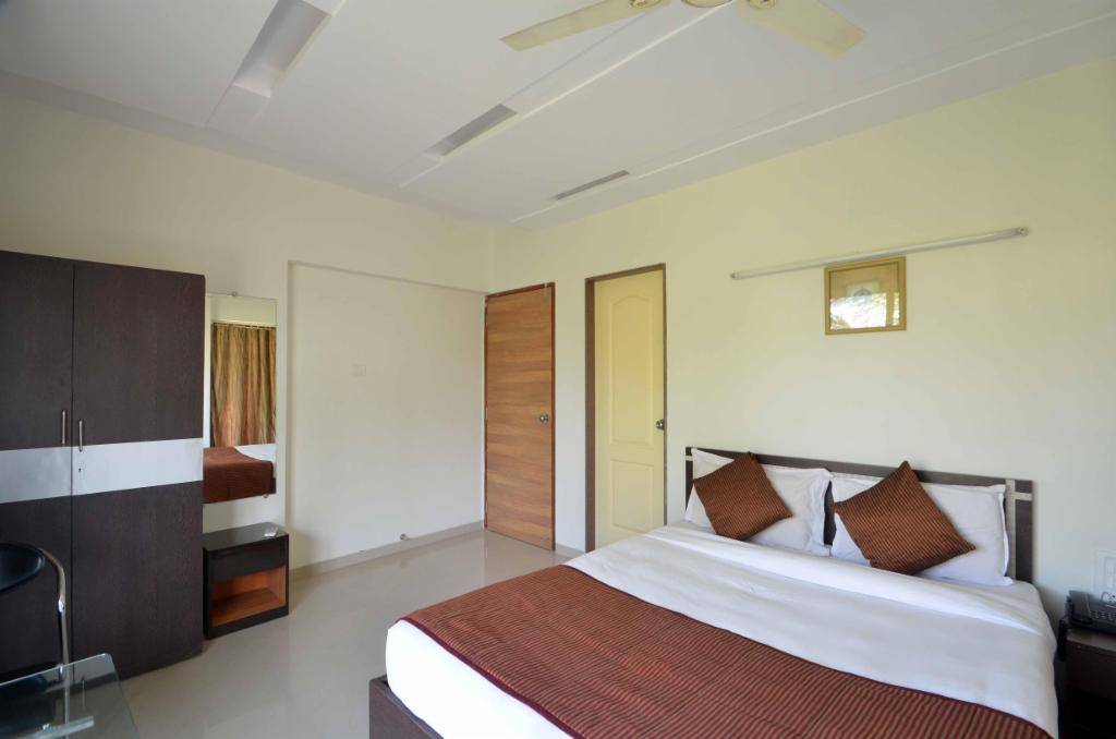 Mumbai Service Apartments in Andheri West - Deluxe Bedroom